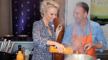 Pamela Anderson steht auf Sanddorn Likör
